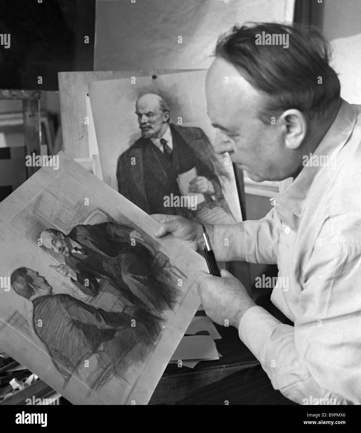 Künstler Pyotr Vasilyev 1899 1975 mit seinen Porträts von Lenin Stockbild