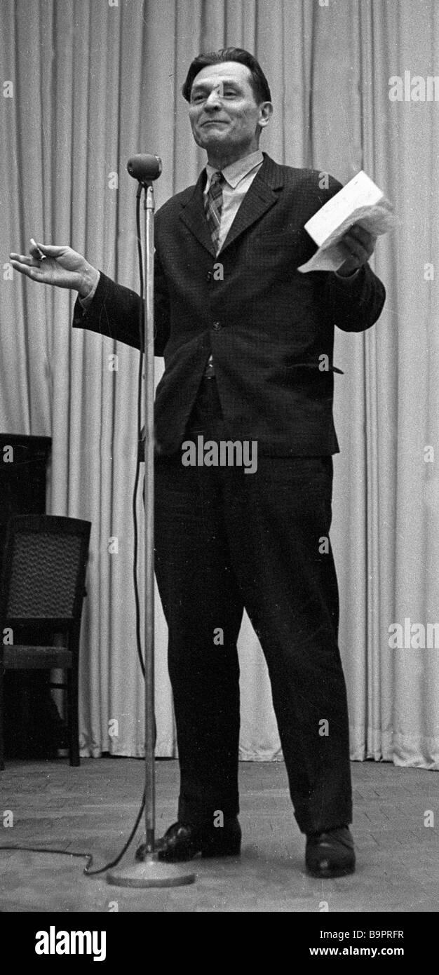 Dichter Alexander Yashin spricht bei soiree Stockbild