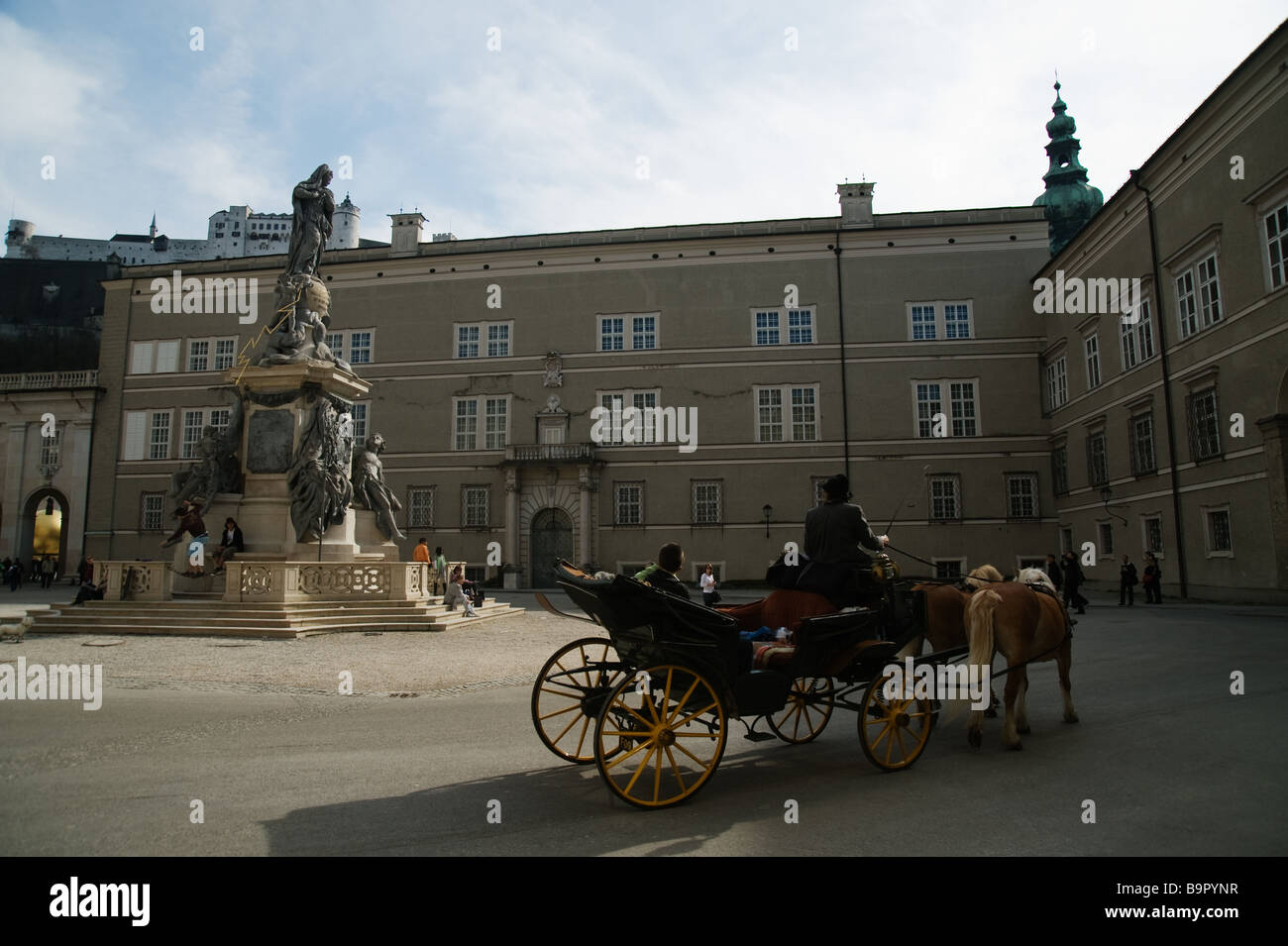 Pferdekutsche am Domplatz in Österreich Stockbild
