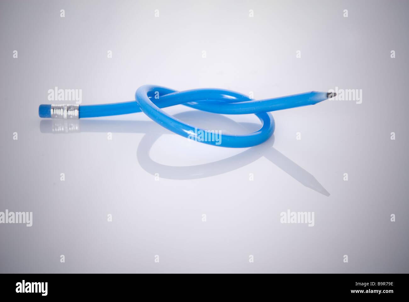 Knoten Sie in einem blauen flexible Stift auf weißem Hintergrund Stockbild