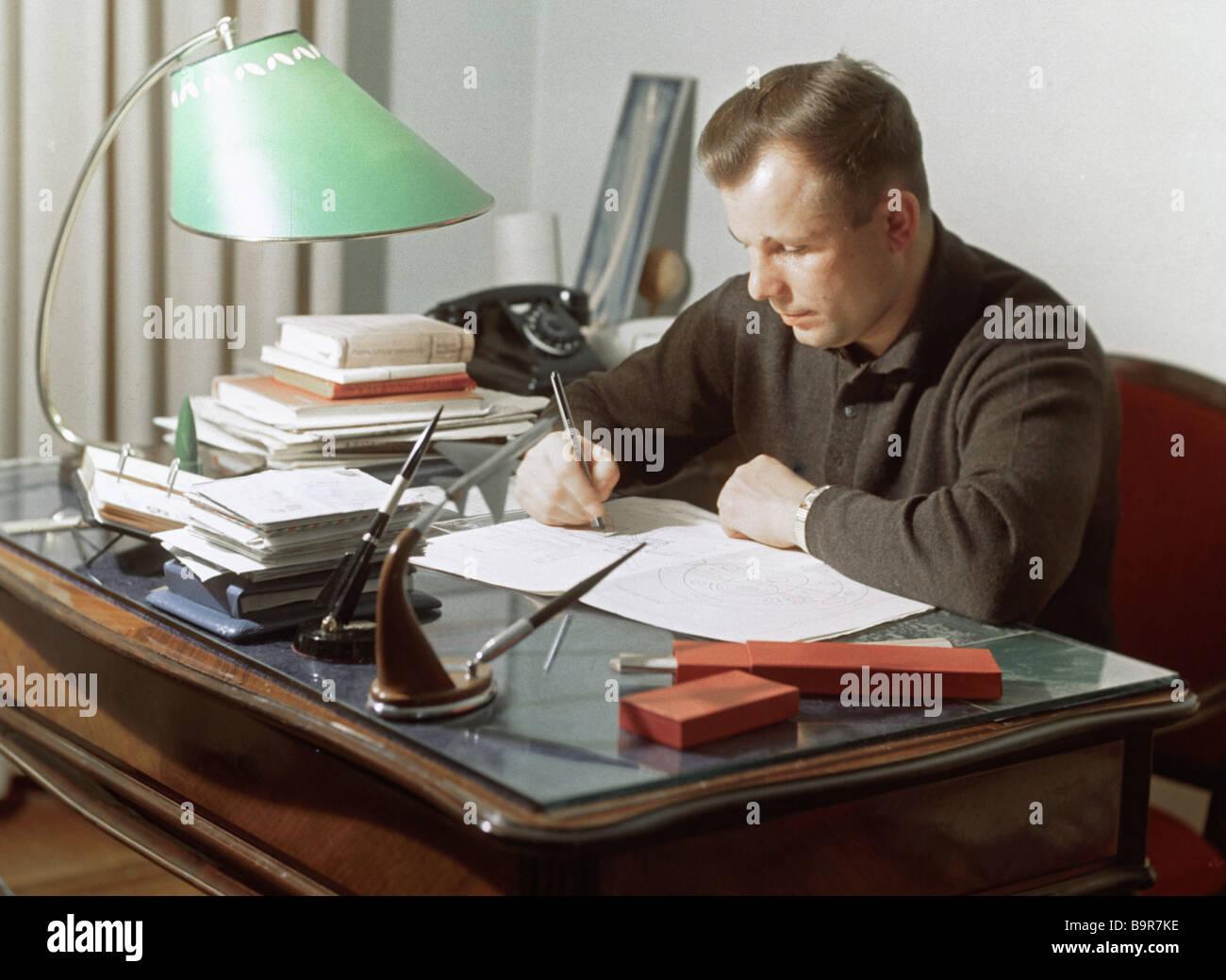 Yuri Gagarin der Welt s erste Raumfahrer in seinem Arbeitszimmer Stockbild