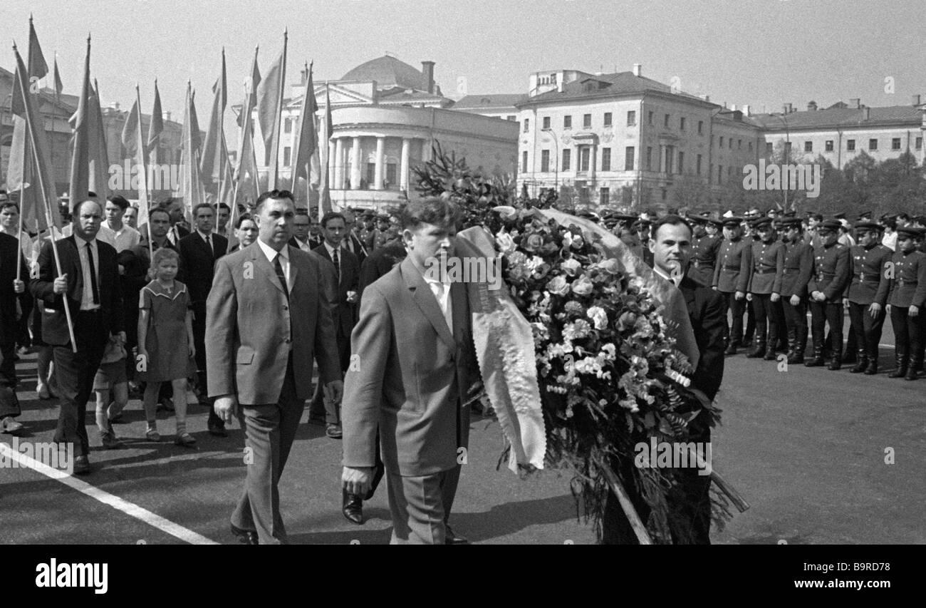 Moskauer kommen, sich dem unbekannten Soldaten s Grab zu beugen Stockbild