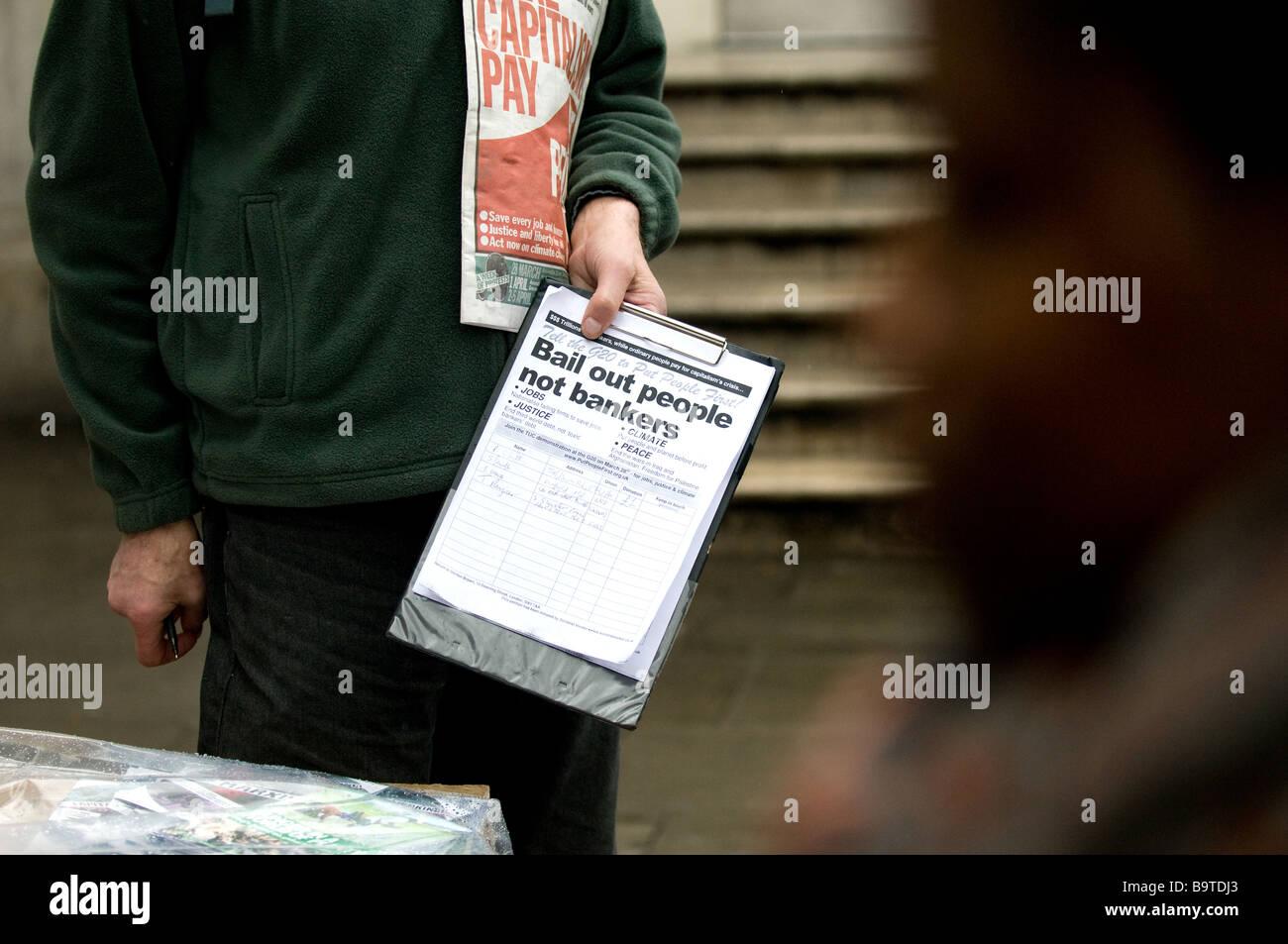 Ein Demonstrant sammeln Unterschriften für seine Petition auf einer Friedensdemonstration Stockbild