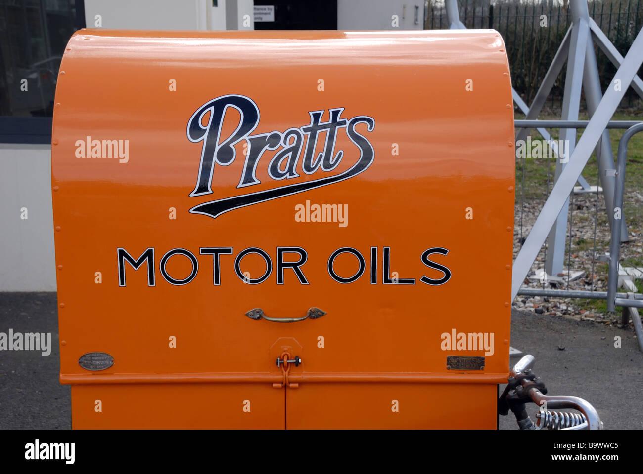 Historisches Kabinett für Pratts Motor Öle Brooklands Museum Brooklands Road Weybridge Surrey KT13 0QP Stockbild