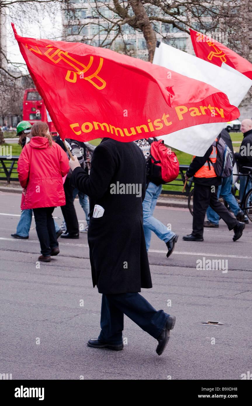Kommunistische Partei Demonstrant mit Flagge Stockbild