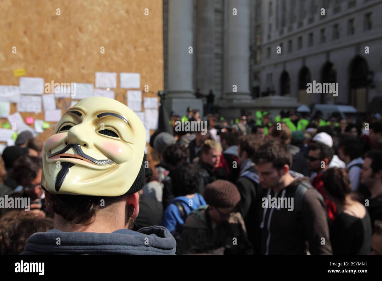 Maskierte Demonstranten außerhalb der Bank of England während der 2009 G20-Gipfel, London, UK. Stockbild