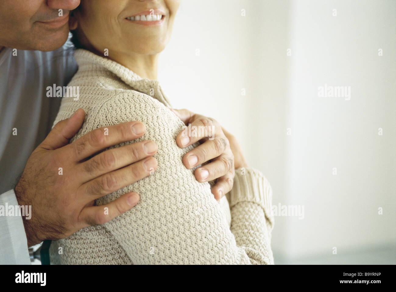 Mann umfassenden Frau von hinten, beschnitten Nahaufnahme