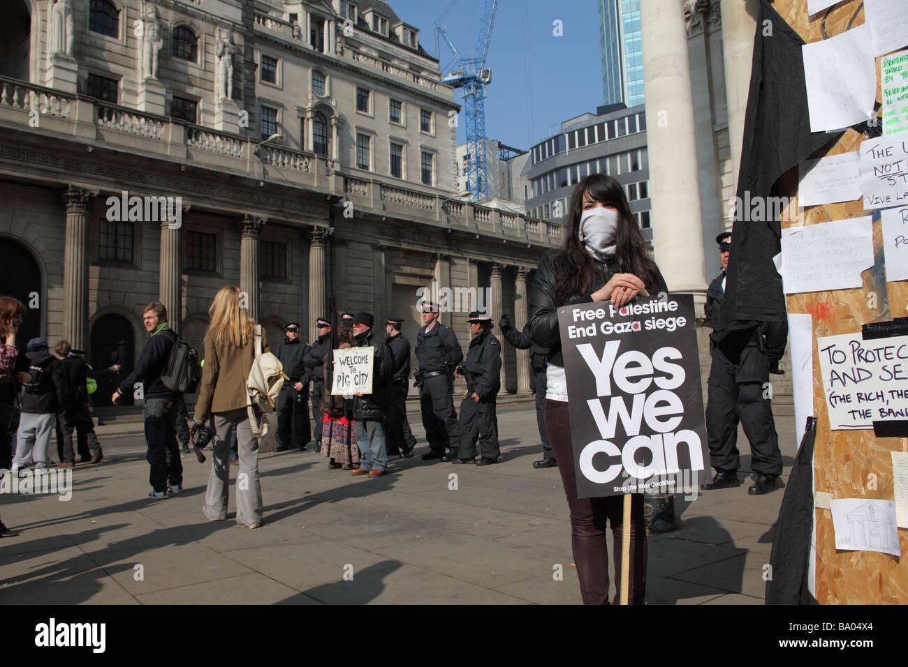 Demonstrant mit Plakat außerhalb der Bank of England während der 2009 G20-Gipfel, London, UK. Stockbild