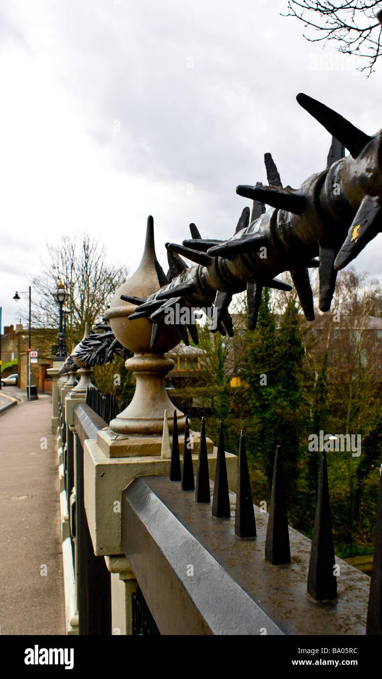 SideView dekorative Geländer auf viktorianischen Hornsey Brücke Nord-London, diese Brücke durchquert Stockbild