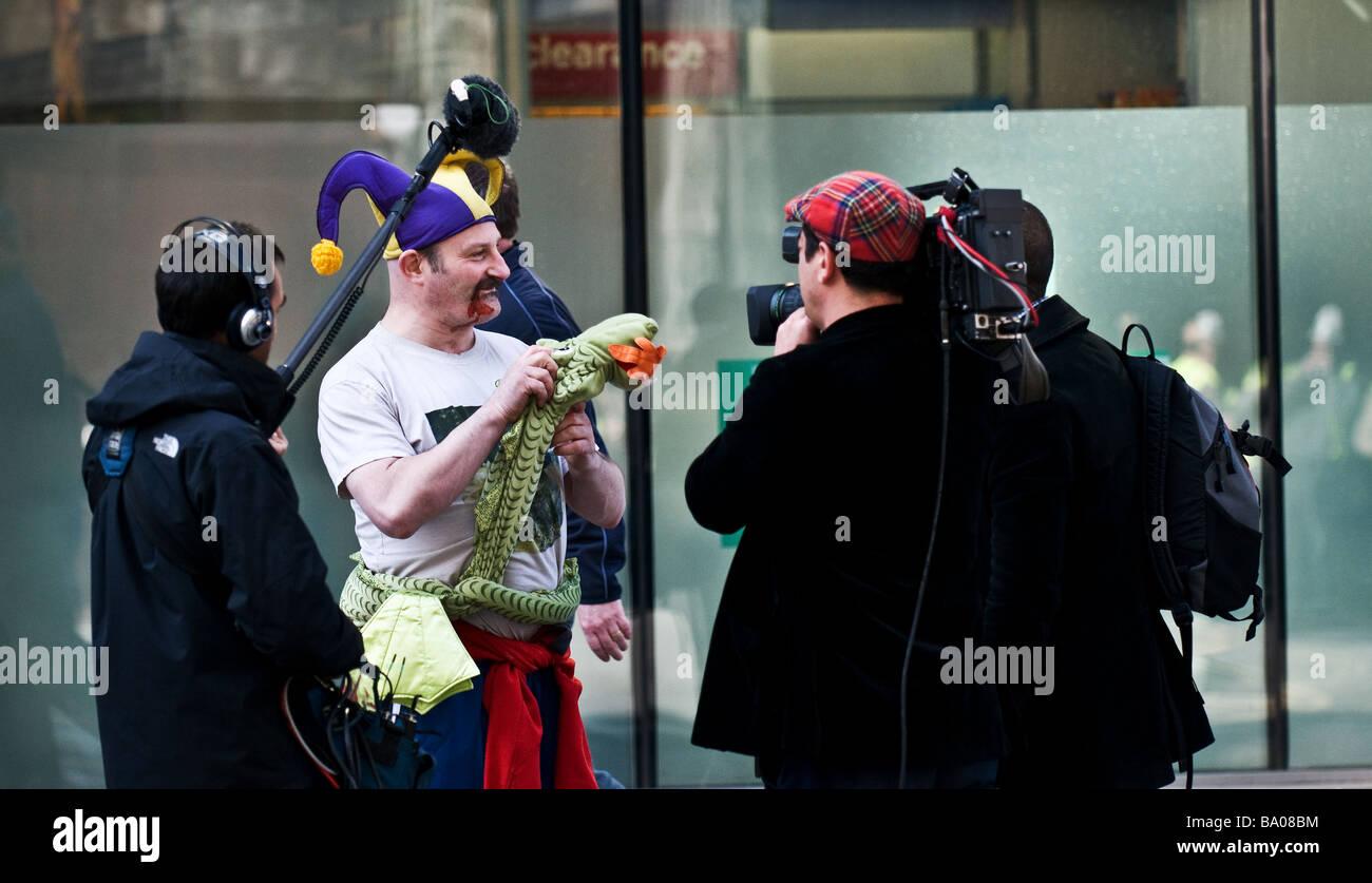Demonstrant wird interviewt von einem Fernsehteam auf einer Demonstration in der City of London. Stockbild