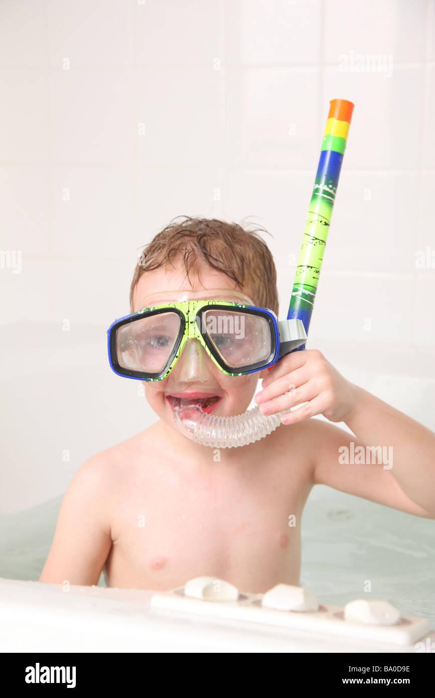 Kleiner Junge in Badewanne mit Schnorchelausrüstung Stockbild