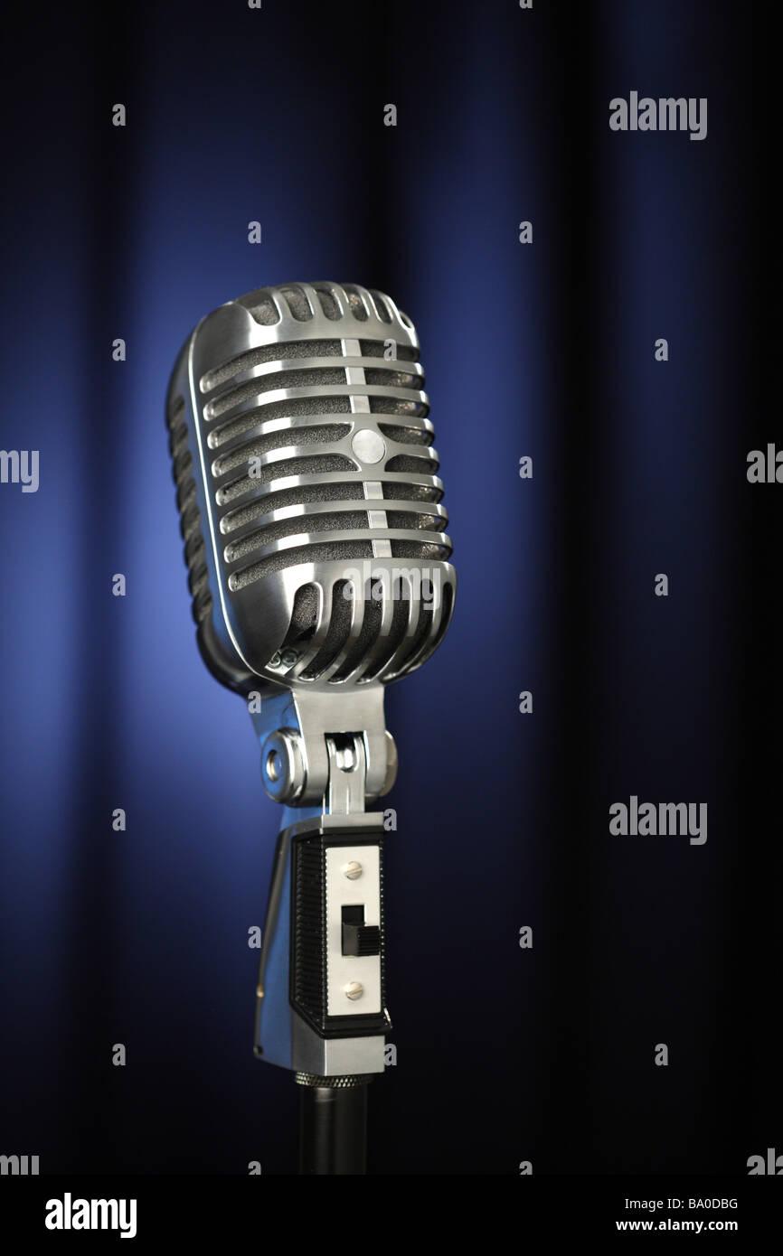 Vintage Mikrofon mit dunklen blauen Vorhang Hintergrund Stockbild