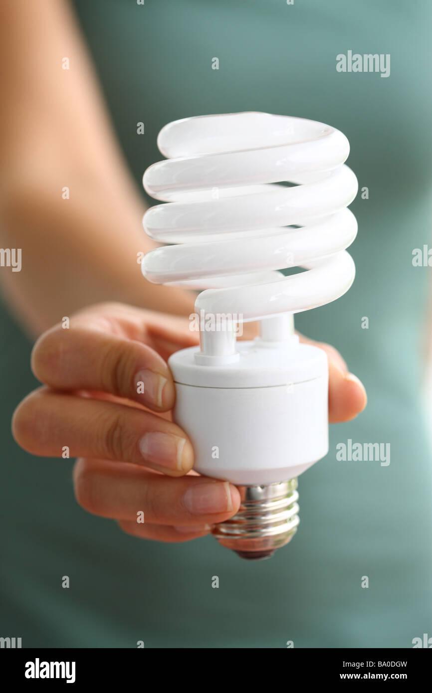 Hand, die Energie effiziente Glühbirne Stockbild