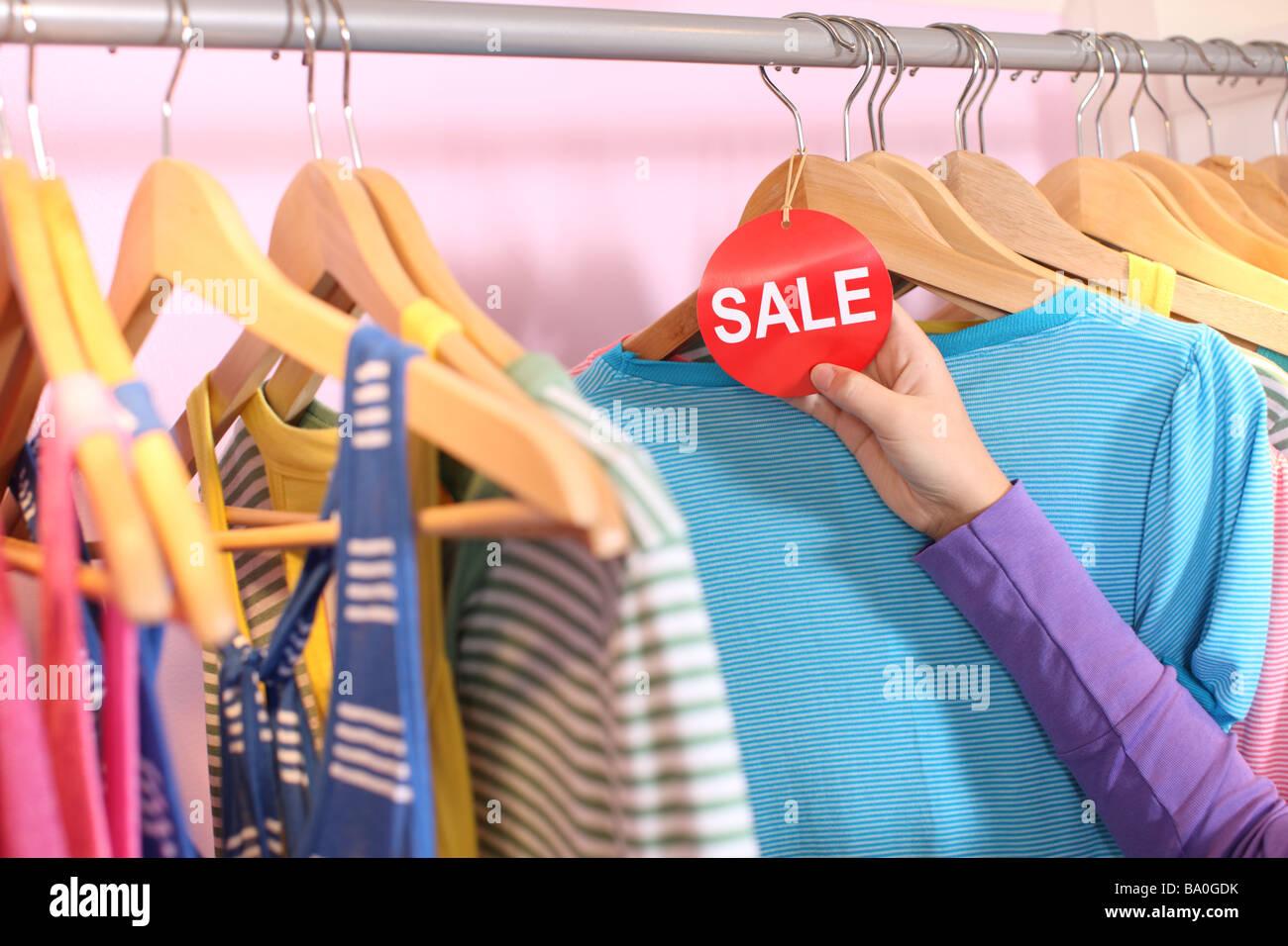 Hand, die Verkauf-Tag in Bekleidungsgeschäft Stockbild