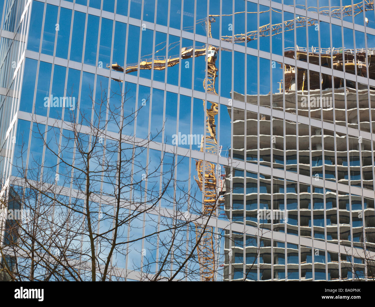 Neubau Büro-Turm spiegelt sich in Glasseite ein weiteres Büroturm in der Innenstadt von Vancouver, Britisch Stockbild