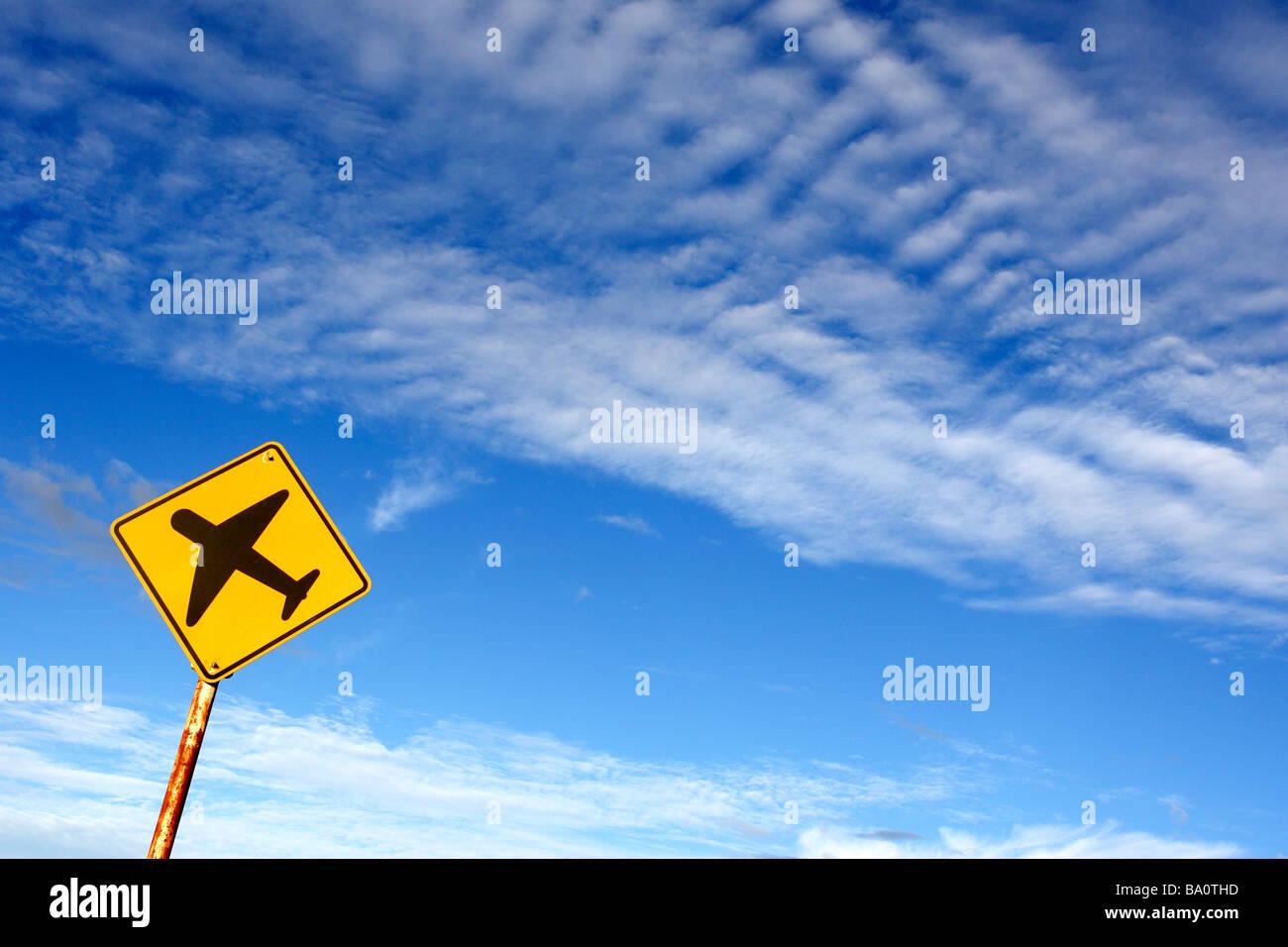 Flugzeug-Zeichen gegen blauen Himmel Stockbild