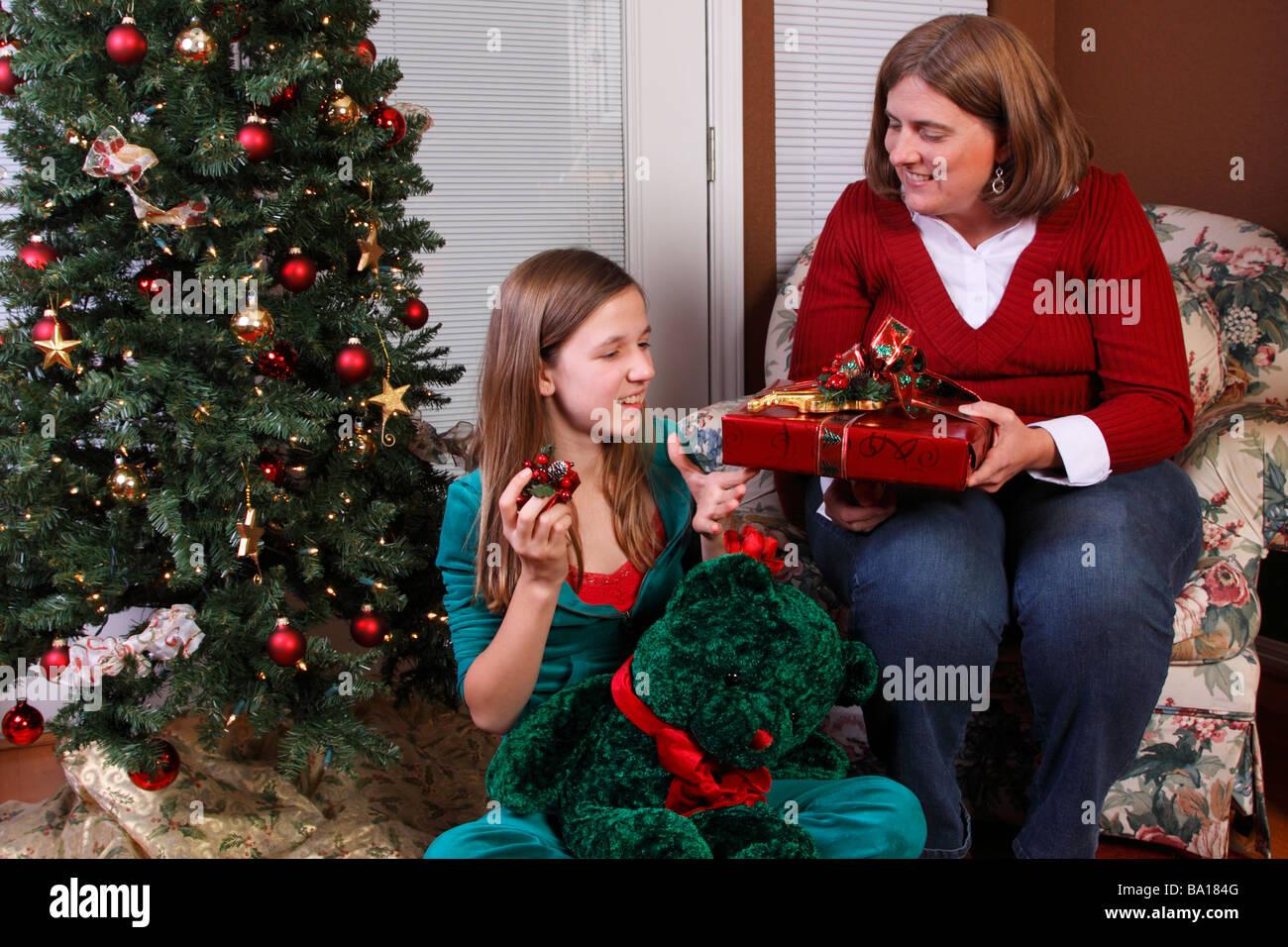 Mutter und Tochter, die Austausch von Weihnachtsgeschenke Stockfoto ...