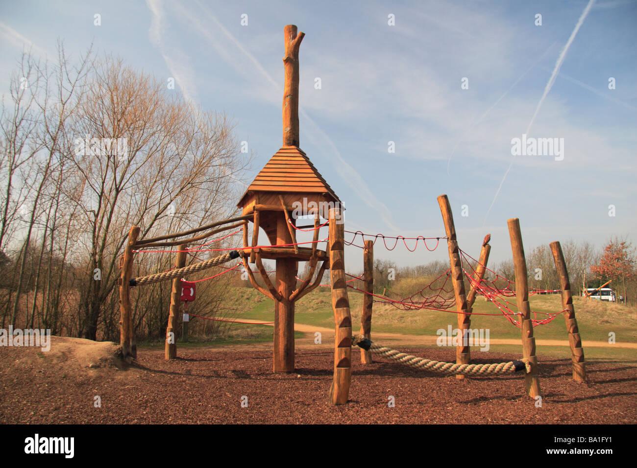 Kinder ist aus Holz und Seil Klettergerüst im Spielbereich des ...