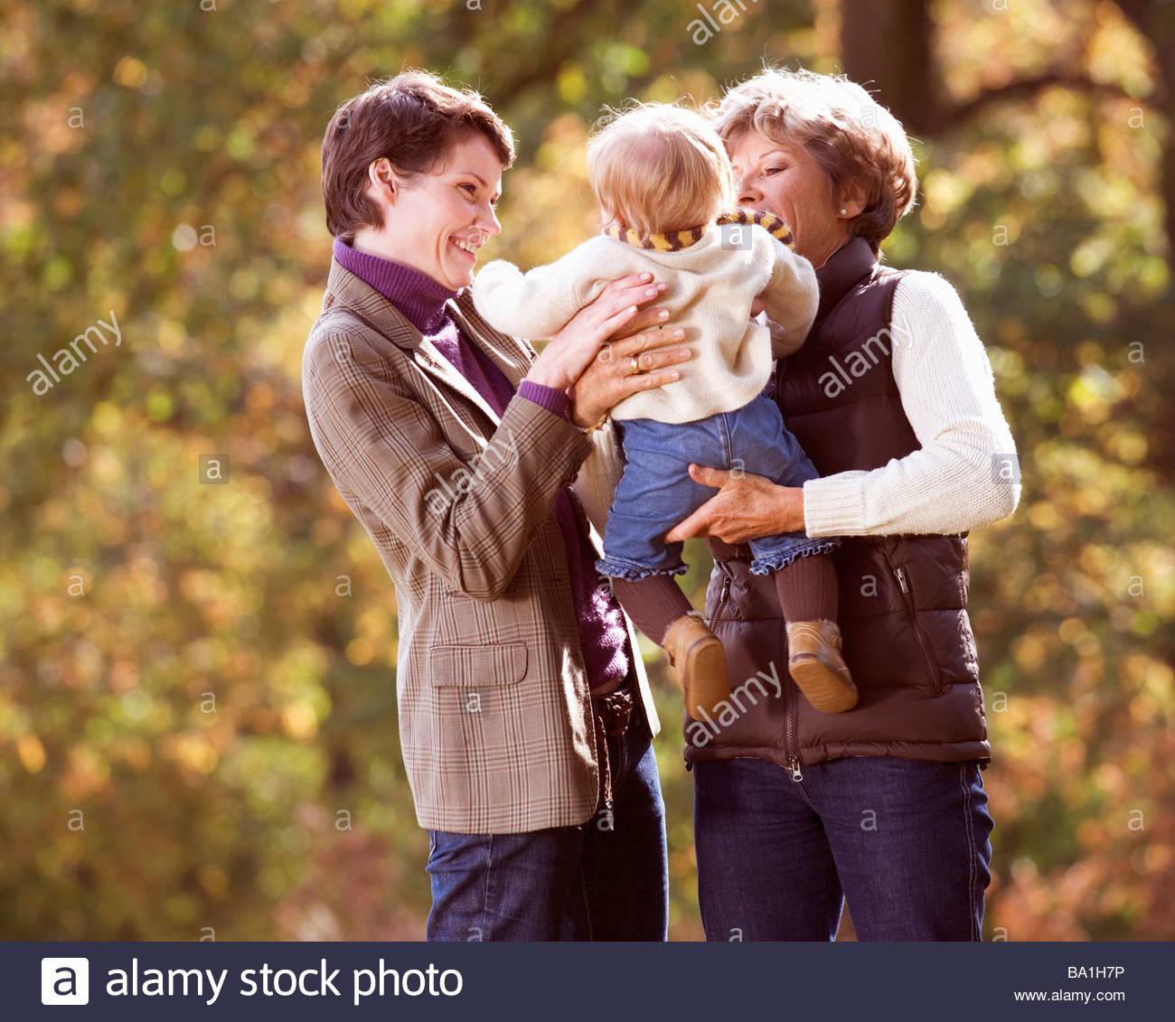 Mutter und Tochter lächelnd an baby Stockbild