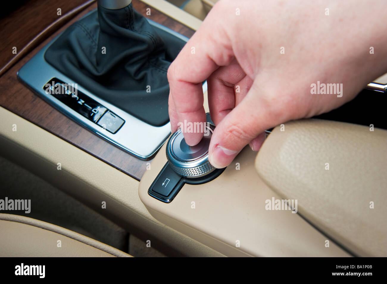 Betrieb der Steuertaste im Mercedes GLK Auto | Bedienung Eines Knopfes Im Auto Mercedes GLK Stockbild