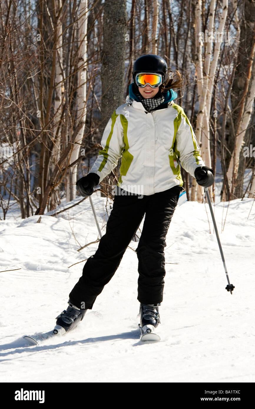 Ganzkörper-Schuss der Skifahrer im Schnee Stockbild