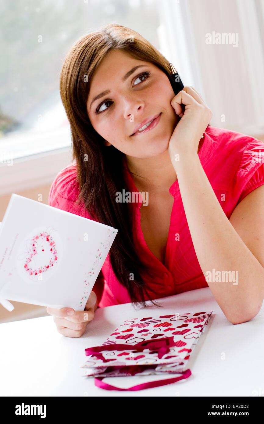 Frau eine Valentine s Day Karte betrachten Stockbild