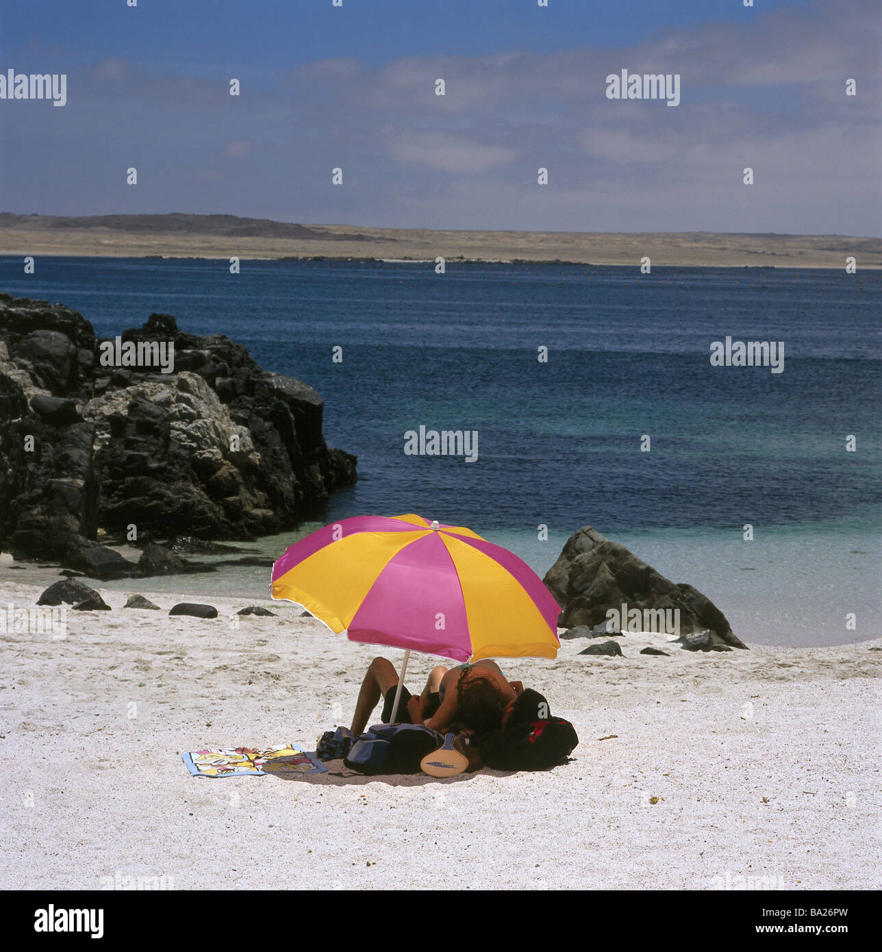 Chile Küste Caldera Strand Bahia Inglesa Sonnenschirm Paar
