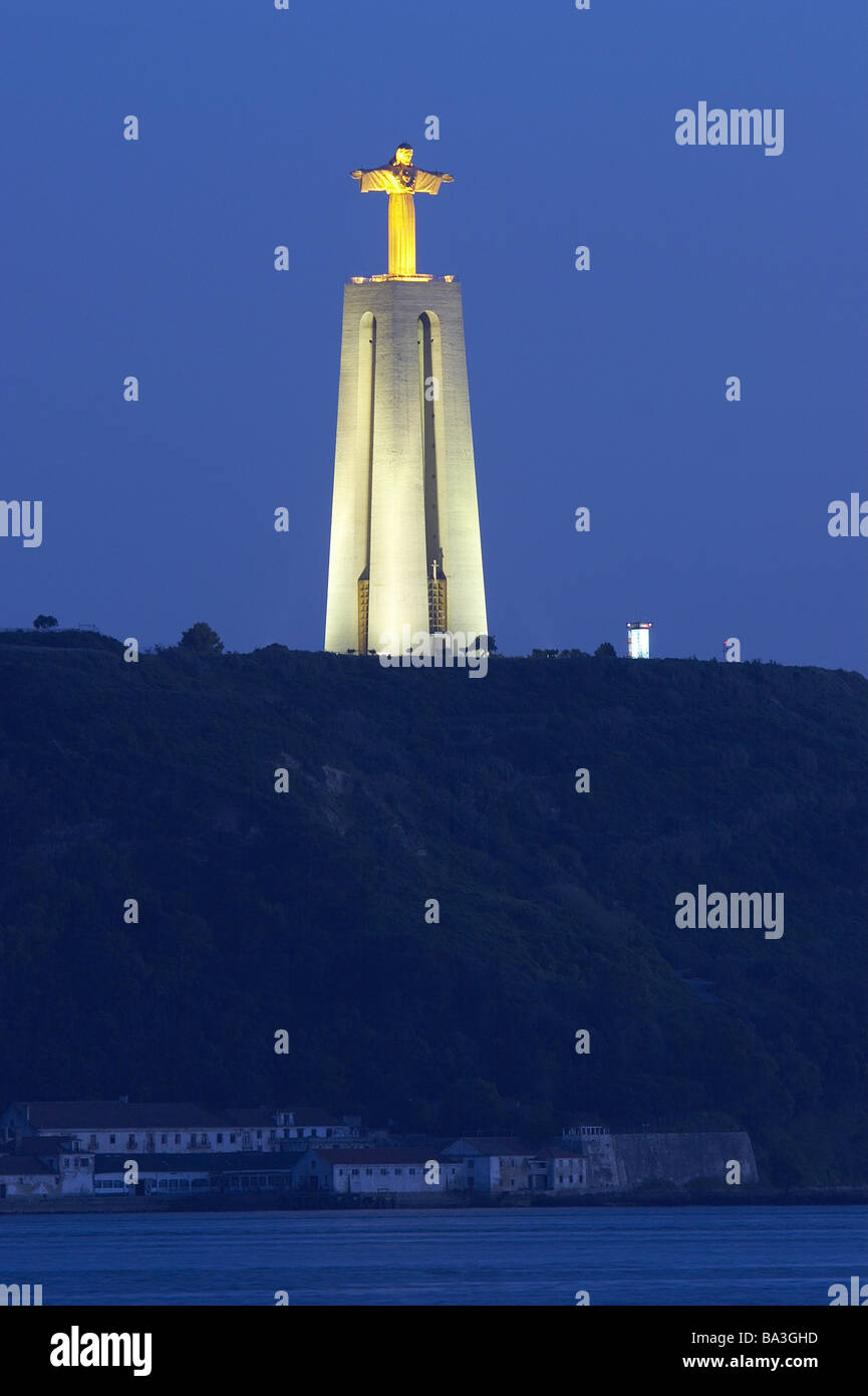 Portugal-Almada Kirche Cristo Rei Turm Jesus-Statue Beleuchtung abends Fluss Tejo Serie Europa Westeuropa iberischen Stockbild