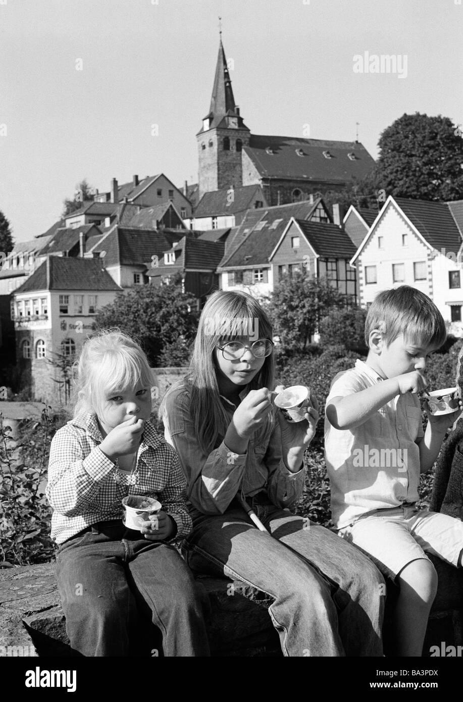 70er jahre schwarz wei foto menschen kinder zwei m dchen ein junge sitzen auf einer mauer. Black Bedroom Furniture Sets. Home Design Ideas