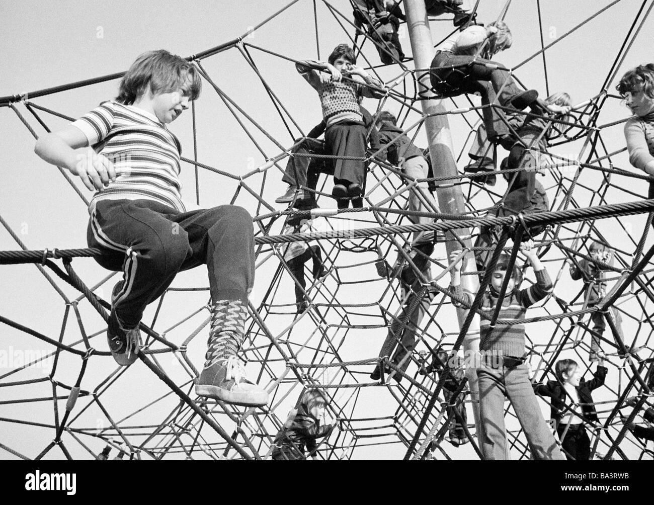 Kletterdreieck Weiß : 70er jahre schwarz weiß foto menschen kinder mädchen und