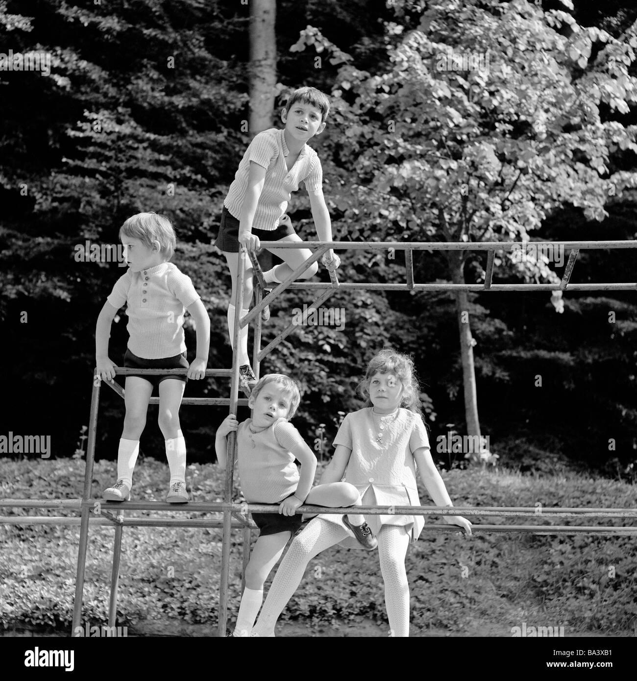 70er jahre schwarz wei foto menschen kinder m dchen und drei jungen auf einem. Black Bedroom Furniture Sets. Home Design Ideas