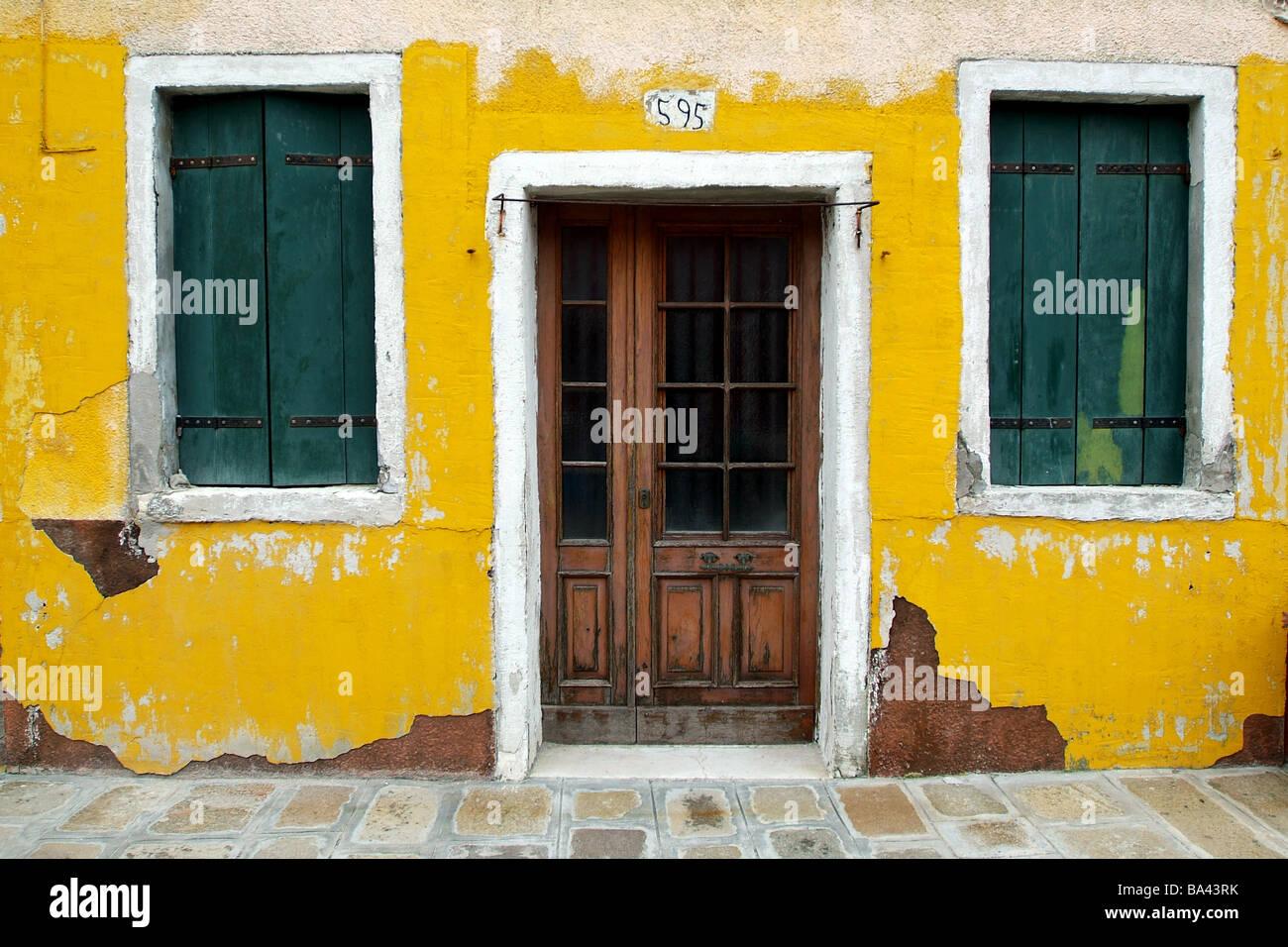 Gelbe Wand Grune Fensterladen Haus Detail Venedig Italien Stockfoto