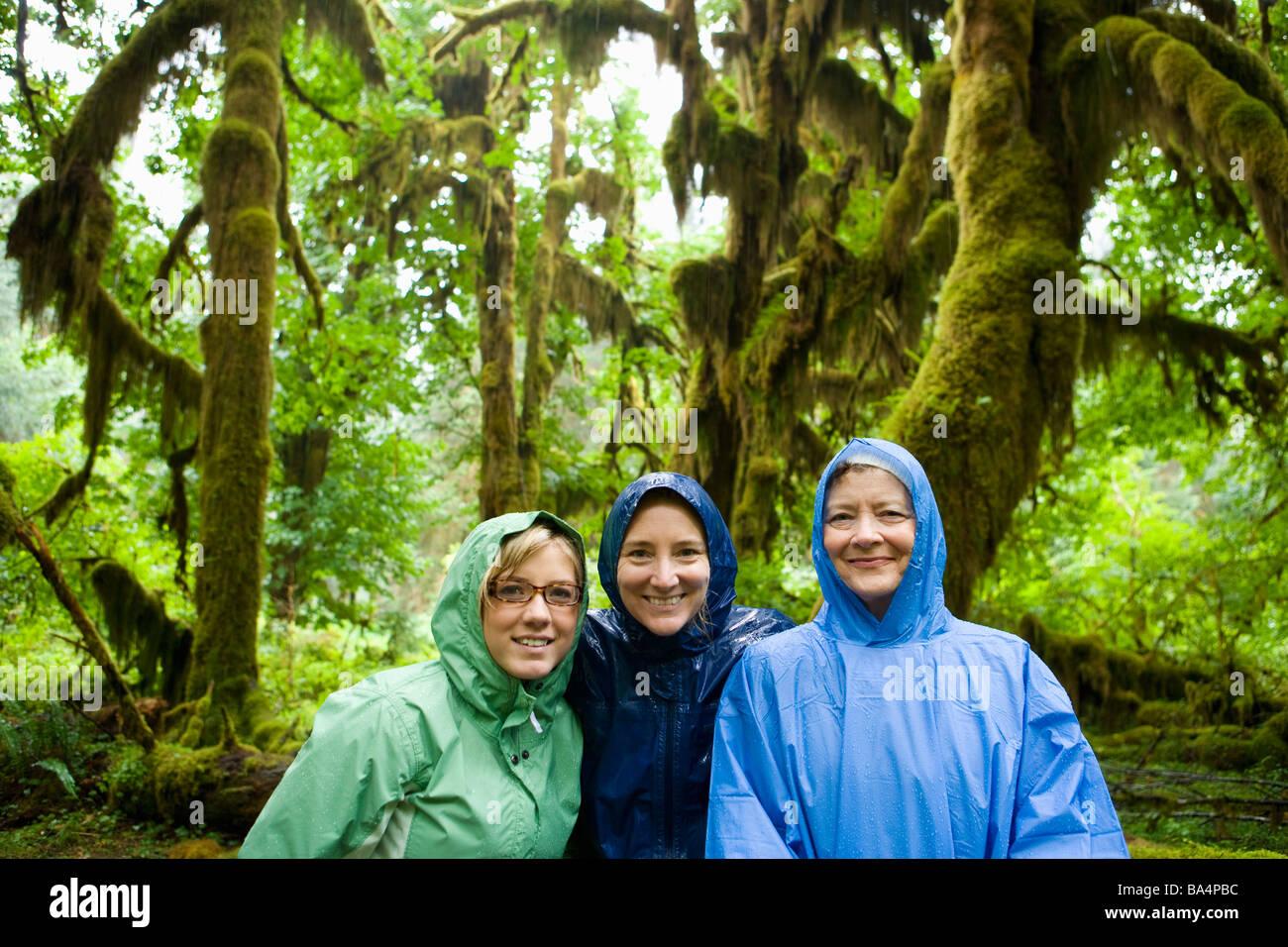 Mutter und Töchter posieren für ein Porträt im Regen in Hoh Regenwald Olympic Nationalpark Washington Stockbild