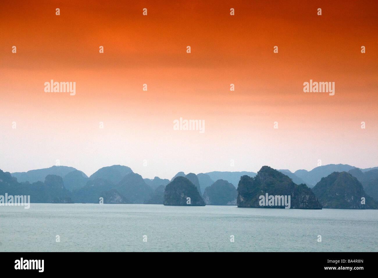 Nebliger Morgen Ansichten von Ha Long Bay Vietnam Stockbild