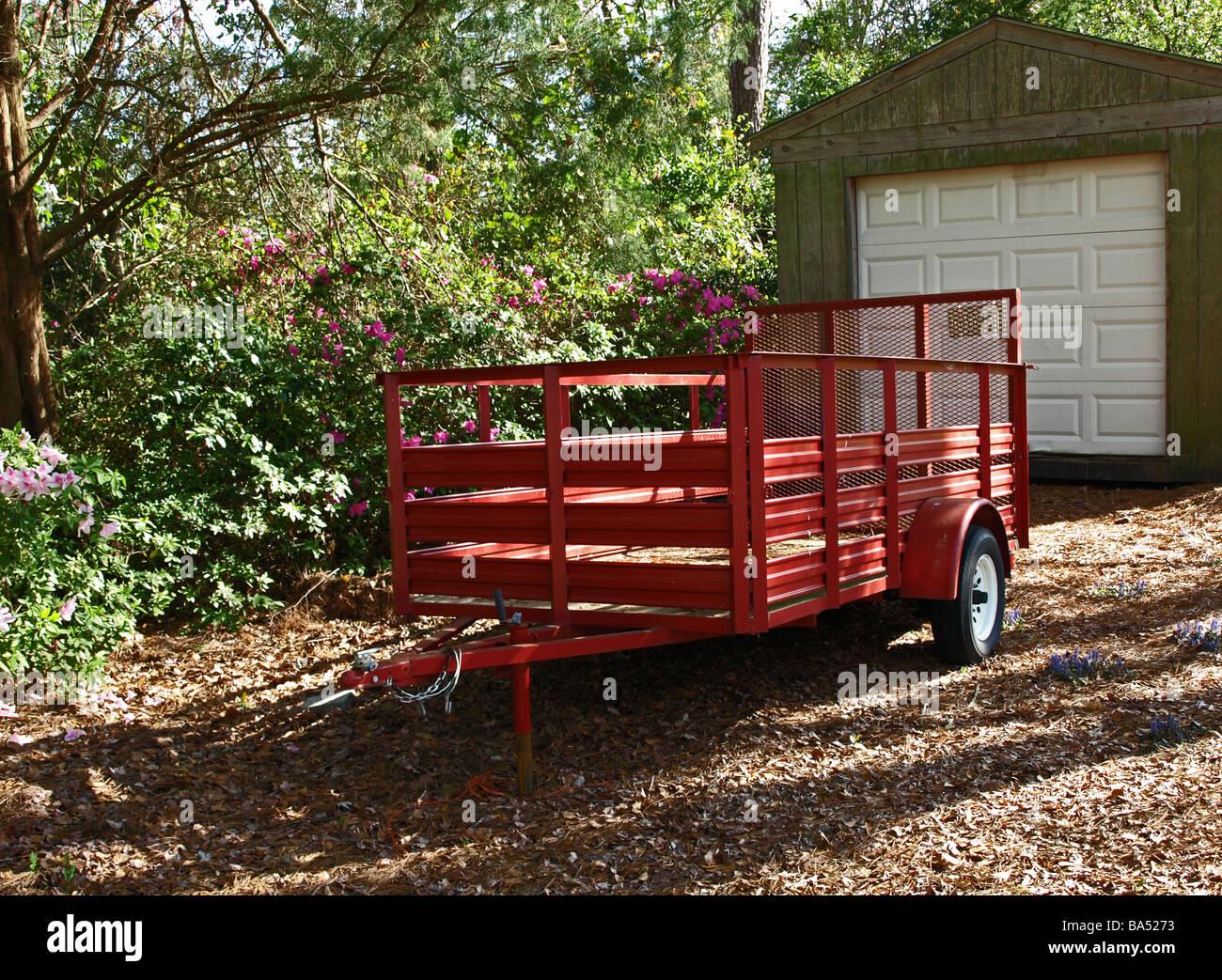 Rot Dienstprogramm Anhänger Wagen Verwendet, Um Werkzeuge Geräte Sod  Landschaftsbau Lieferungen Zu Schleppen Stockbild