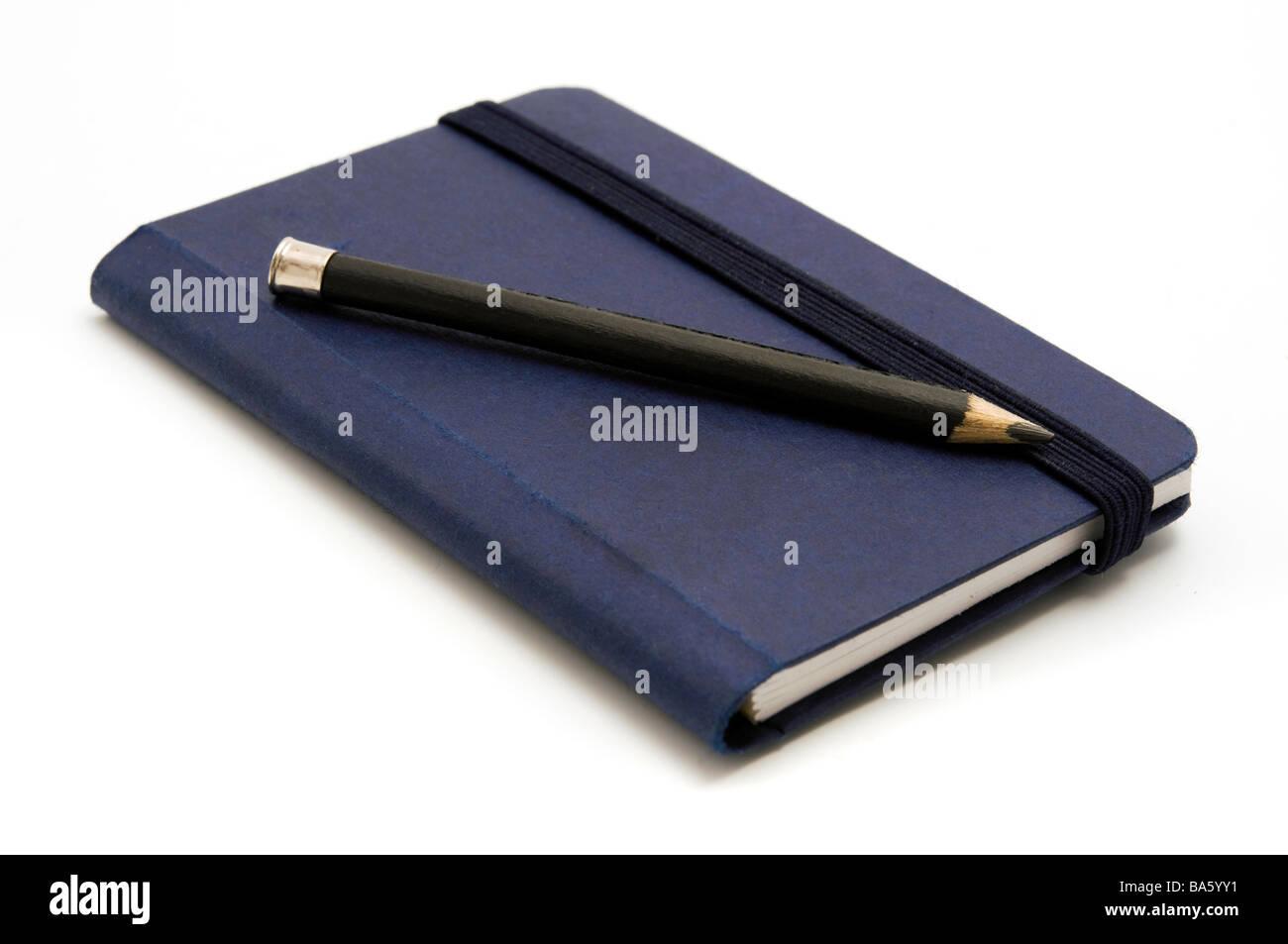 Blaues Notizbuch mit Bleistift auf weißem Hintergrund Stockbild
