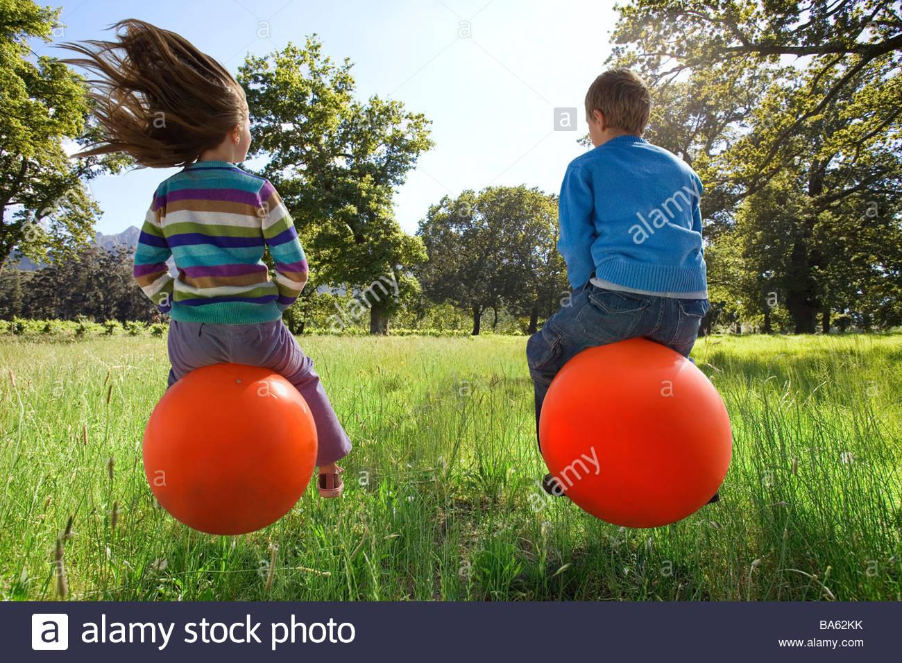 Kinder hüpfen auf Hoppity Pferde Stockbild