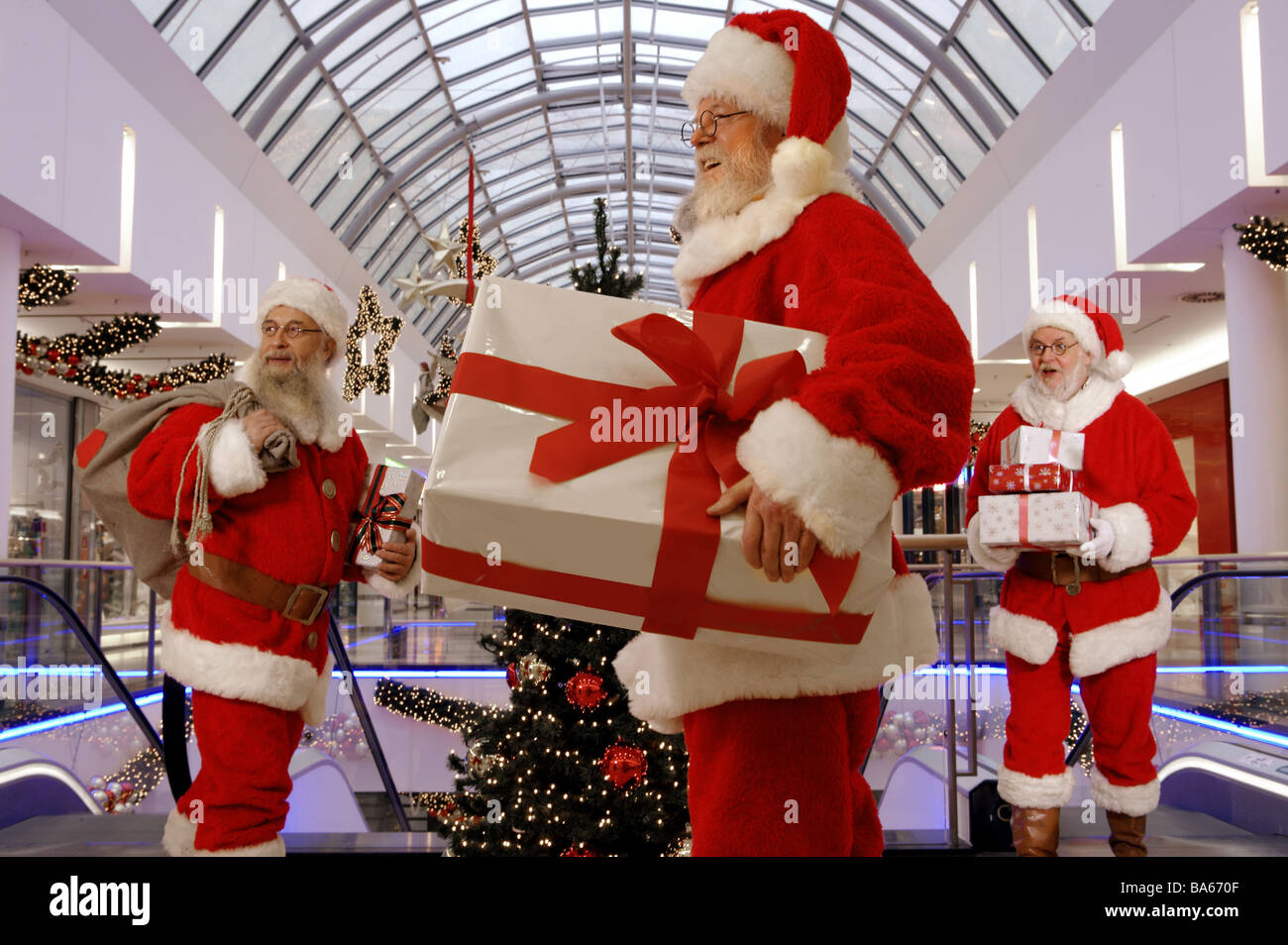 Santa Claus Geschenke fröhlich hält steht Einkaufszentrum Menschen ...