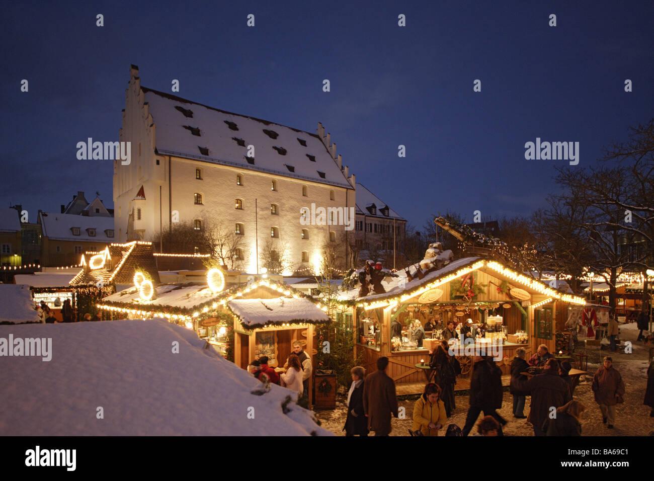 Deutschland Bayern Ingolstadt Weihnachtsmarkt Abend Stadt
