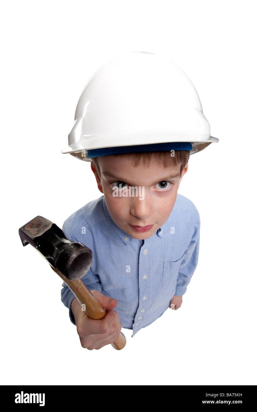 kleiner Junge Schutzhelm trägt und hält einen hammer Stockbild