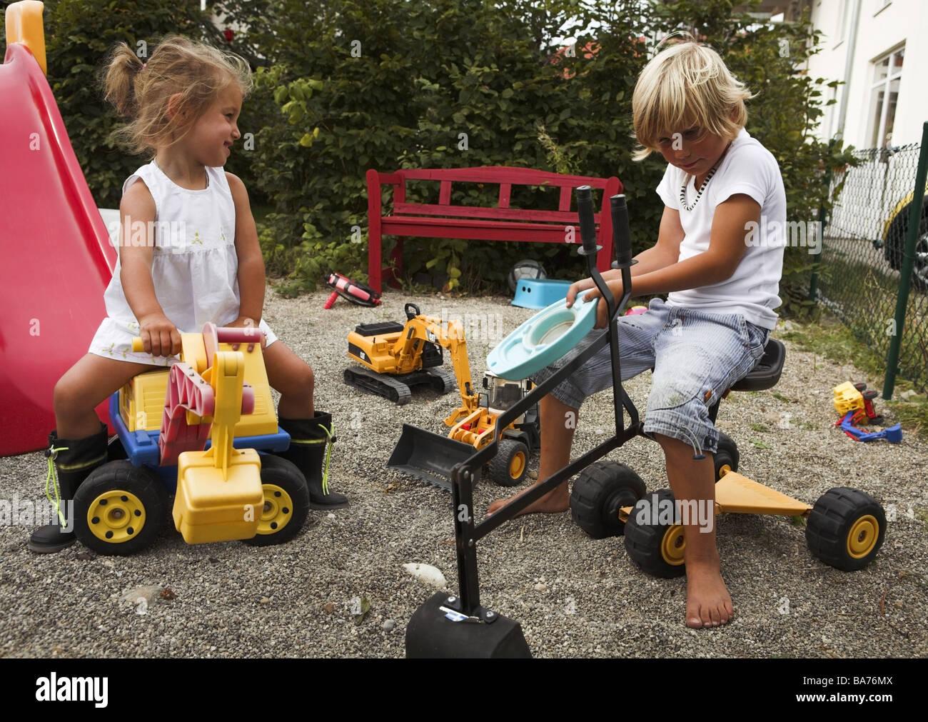 garten junge m dchen sand spielt fr hlich serie menschen kinder 2 jahre 5 jahre geschwister. Black Bedroom Furniture Sets. Home Design Ideas