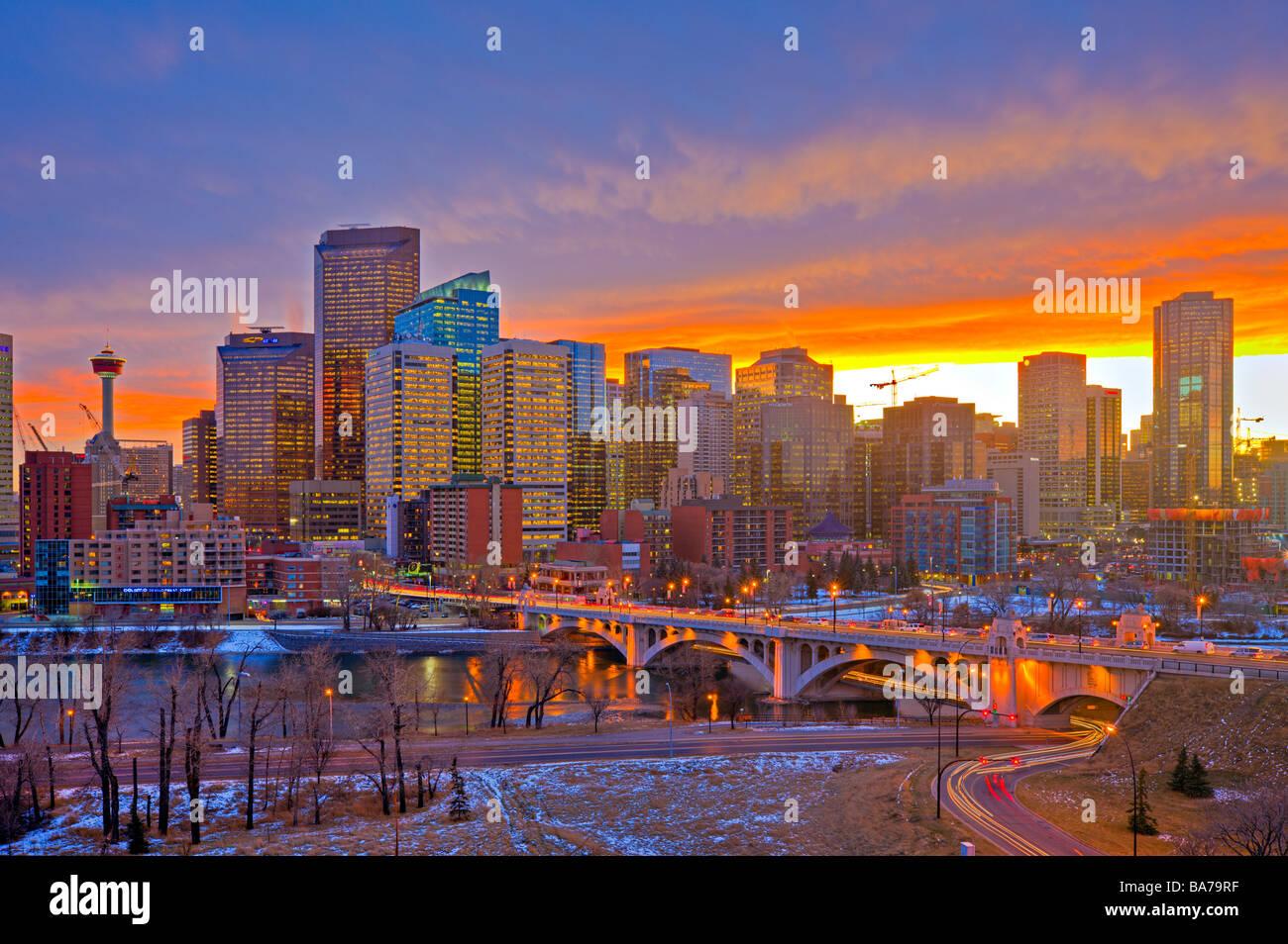 Skyline von Calgary hohen Hochhäusern, dem Calgary Tower und der Centre Street Bridge über den Bow River Stockbild