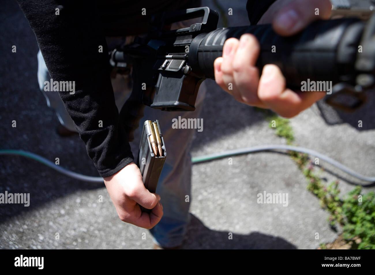 12. April 2009 zeigt Friedrich Maryland A Maryland Waffenbesitzer laden ein AR-15-Sturmgewehr Stockbild