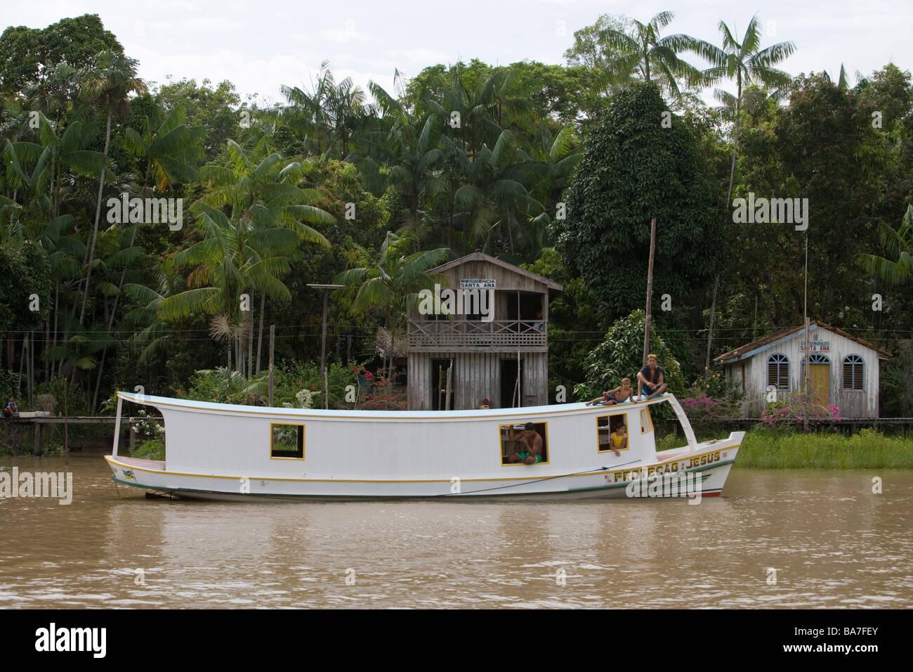 Boot und Häuser am Flussufer auf einem Zweig des Amazonas, Rio do Cajari, Para, Brasilien, Südamerika Stockbild