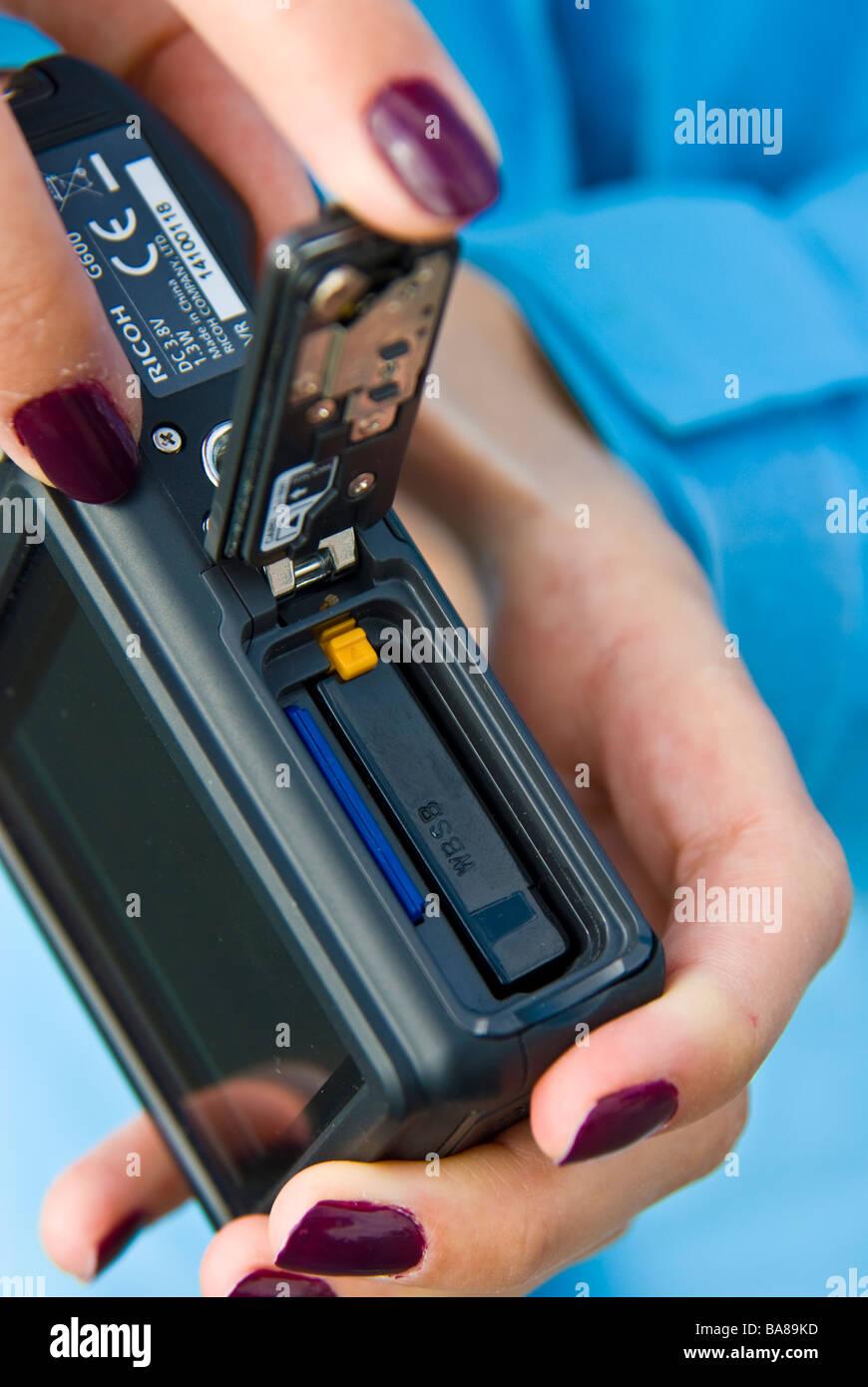 Mädchen kompakte Digitalkamera mit Akku und Speicher-Chip-Karte | Finger-Batterie Chipkarte Digitale Kompakt Stockbild