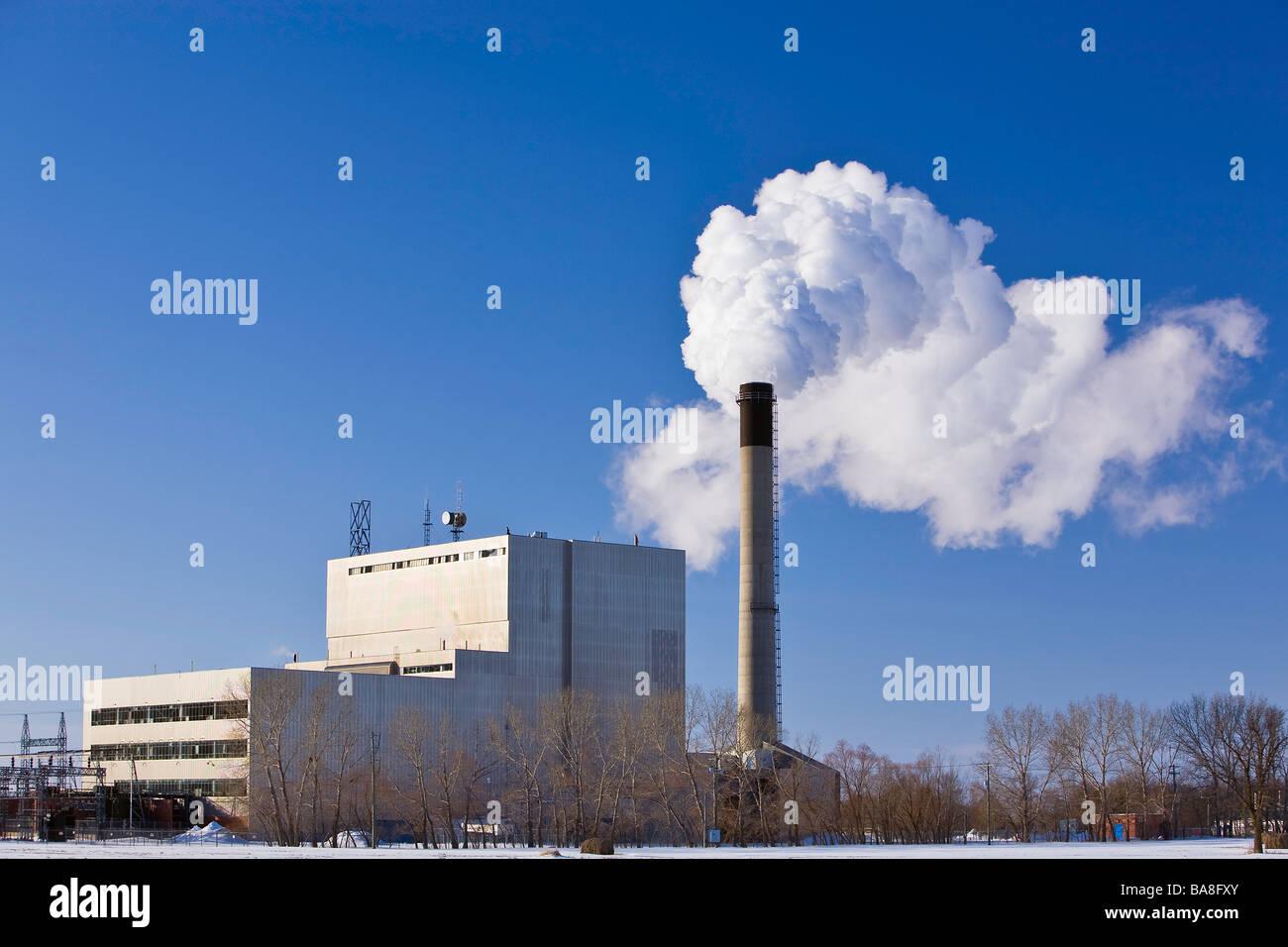 Schornstein Emissionen aus eine Wärmeleistung von Erdgas Kraftwerk, Selkirk, Manitoba, Kanada. Stockbild