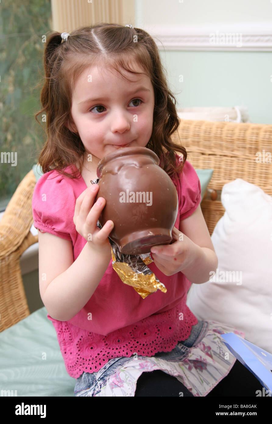 Vier Jahre altes Mädchen essen viel Schokolade Stockfoto, Bild ...