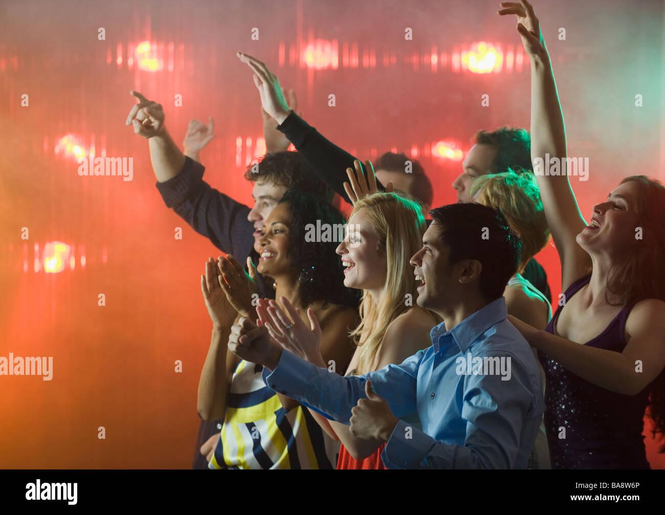 Menschen genießen Konzert Stockbild