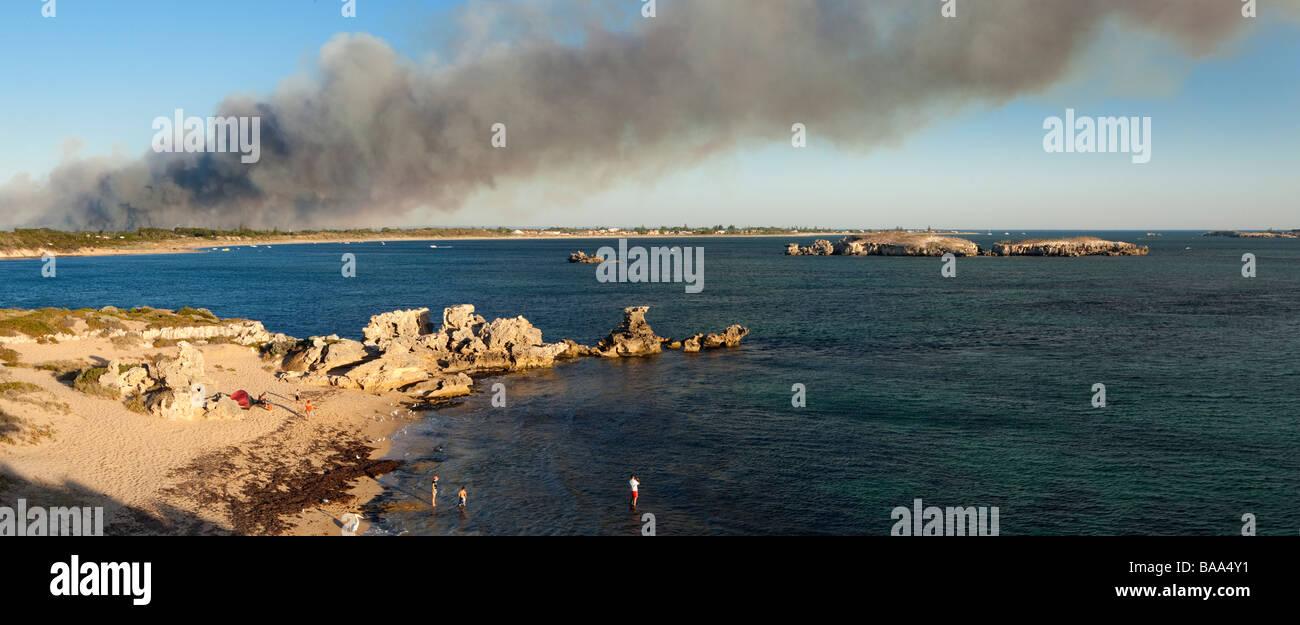 Rauch aus den Baldivis Buschfeuer über Cape Peron driftet. Rockingham, Perth, Western Australia, Australia Stockbild