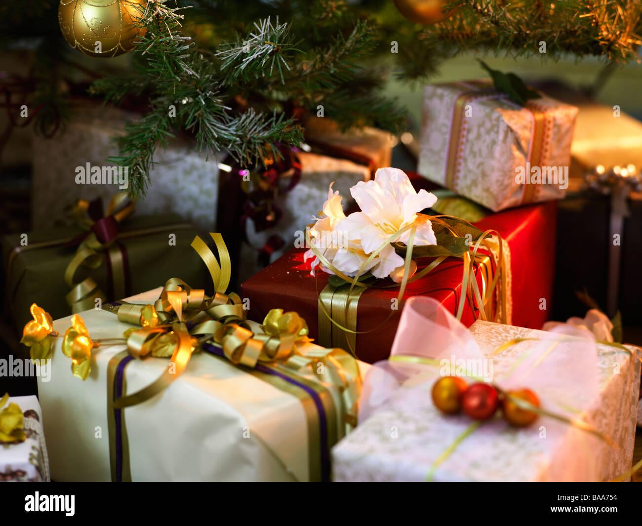Weihnachtsgeschenke unter einem Weihnachtsbaum, Schweden Stockfoto ...